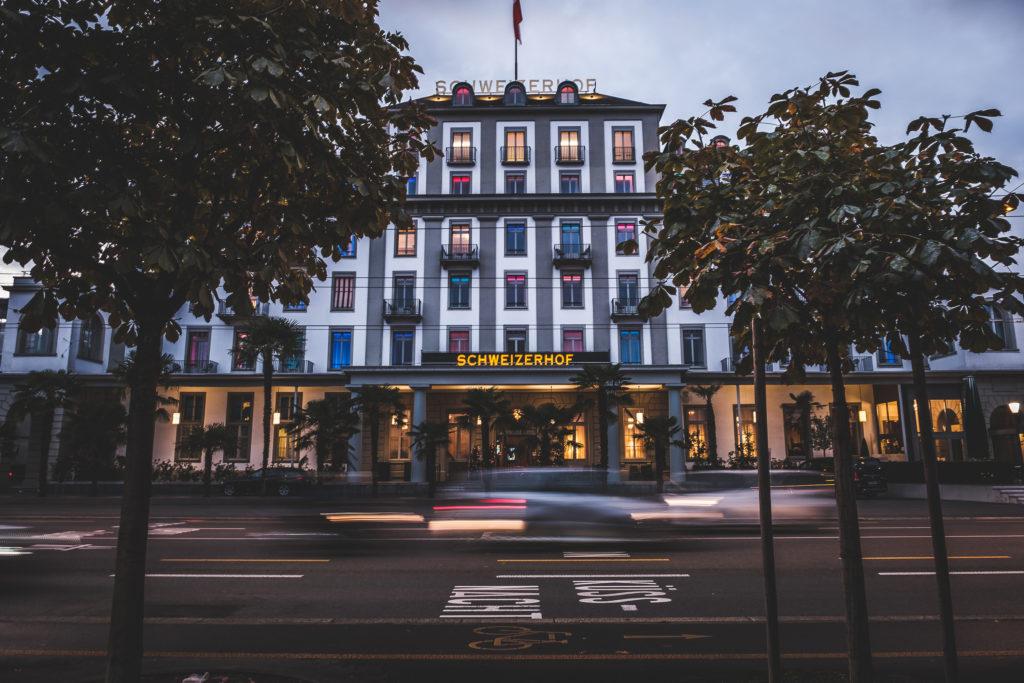 Hotel Schweizerhof bei der Dämmerung am #CityLakeMountainMeet